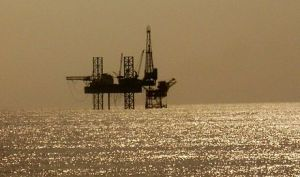 440px-Solitary_Oil_Rig_In_The_Arabian_Sea